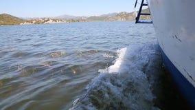De bootzeilen langs het Skadar-Meer stock footage