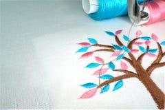 De borduurwerkmachine maakt uiterst kleine pastelkleurboom Stock Afbeeldingen