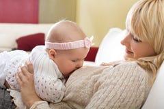 De borst die van de moeder - haar babymeisje voedt Stock Afbeeldingen