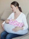 De borst die van de moeder - haar zuigeling voedt royalty-vrije stock foto