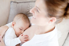 De borst die van de moeder - haar zuigeling voedt Stock Foto