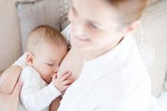 De borst die van de moeder - haar zuigeling voedt Stock Afbeeldingen