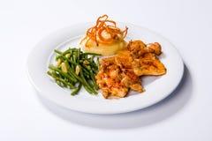 De borst van de braadstukkip, fijngestampte aardappels en slabonen stock afbeelding
