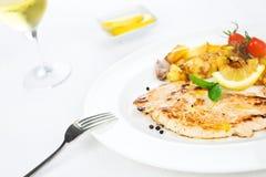 De borst van de kip die met groenten en kruid wordt geroosterd Stock Fotografie