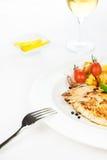 De borst van de kip die met groenten en kruiden wordt geroosterd Stock Foto