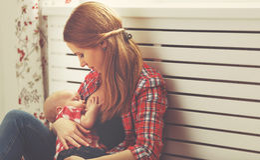 De borst van de moeder - voedende baby Stock Foto's