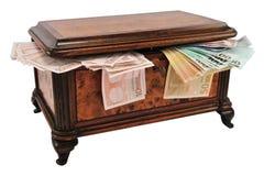 De borst van de schat met geld Stock Foto's