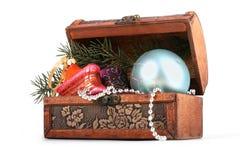 De borst van Kerstmis met glasdesorations stock afbeeldingen