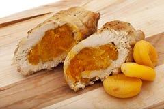 De borst van Turkije die met abrikozen wordt gekookt royalty-vrije stock fotografie
