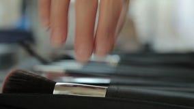 De borstel die van de Professionnalmake-up voor gebruik worden genomen stock footage