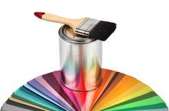 De borstel en de kleurengidssteekproeven van de verf stock foto