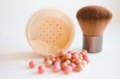 De borstel en de schoonheidsmiddelen van de make-up Stock Foto's