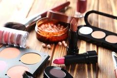 De borstel en de schoonheidsmiddelen van de make-up Stock Fotografie