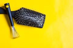 De borstel en het speciale hulpmiddel zullen helpen die verwarring en stof verwijderen tussen de tanden of het varkenshaar wordt  royalty-vrije stock foto