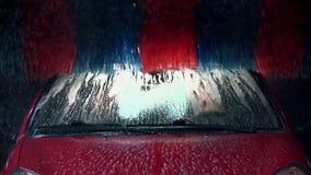 De borstel rolt en maakt het dak van de auto in langzame motie schoon stock video