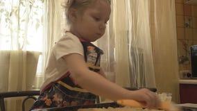 De borstel smerende mayonaise van de kinderen` s hand op de test stock video