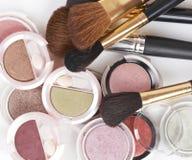 De borstel van de make-up en kleurrijke schoonheidsmiddelen royalty-vrije stock afbeelding