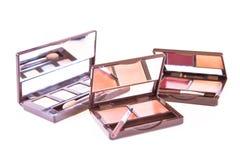 De borstel van de make-up en kleurrijke schoonheidsmiddelen Royalty-vrije Stock Foto's