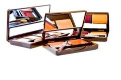 De borstel van de make-up en kleurrijke schoonheidsmiddelen Stock Foto's