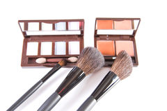 De borstel van de make-up en kleurrijke schoonheidsmiddelen Royalty-vrije Stock Foto
