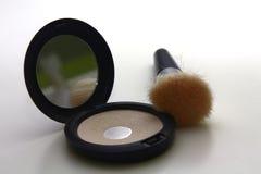 De borstel van de make-up met poeder en spiegel stock foto's