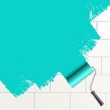 De borstel van de rol het schilderen op een muur Stock Fotografie