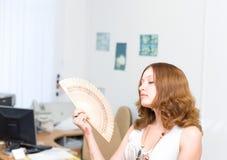 De borstel van het meisje ziet weg door ventilator #1 onder ogen Stock Foto's