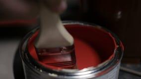 De borstel verhindert rode verf stock video