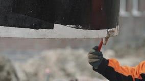 De borstelbodem van de arbeidershand van het concrete de ring van het kamermangat haiging in lucht stock video