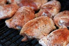 De borsten die van de kip op een grill koken Stock Foto
