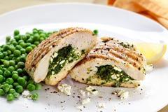 De Borsten van de kip die met Spinazie en Feta worden gevuld Stock Afbeelding