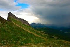 De bos en bewolkte hemel van de berg royalty-vrije stock foto
