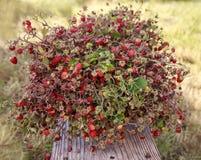 De bos van aardbeien is op een houten raad Stock Afbeelding