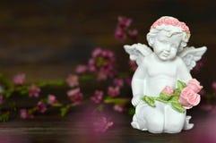 De bos van de engelenholding van rozen royalty-vrije stock foto