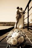 De bos van het huwelijk van bloemen tegen onlangs-gehuwd Royalty-vrije Stock Fotografie