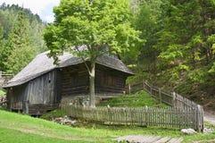 In de bosberg een oud chalet stock foto