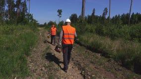 De bosbewaarder neemt beelden op tabletpc in bos stock videobeelden