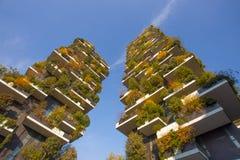 ` De Bosco Verticale del `, bosque vertical en tiempo del otoño, apartamentos y edificios en el ` de Isola del ` del área de la c imagen de archivo libre de regalías