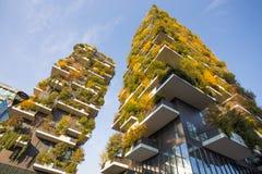 ` De Bosco Verticale del `, bosque vertical en tiempo del otoño, apartamentos y edificios en el ` de Isola del ` del área de la c fotografía de archivo