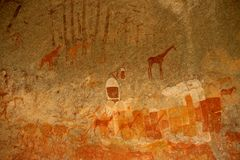 De Bosjesmannen schommelen het schilderen van menselijke cijfers en antilopen, giraf van het Nationale Park van Matopos, Zimbabwe royalty-vrije stock afbeeldingen