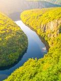 De bosmeander van de Vltavarivier in Tsjechische Republiek Royalty-vrije Stock Afbeelding