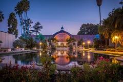 De botanische tuin in Balboapark in San Diego, wordt Californië weerspiegeld in de lelievijver royalty-vrije stock fotografie