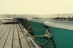 De boten aan pijler worden vastgelegd die Royalty-vrije Stock Afbeeldingen