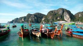 De boten bij het landen op het Eiland Phi Phi worden vastgelegd dat trekken aan stock video