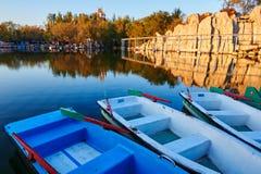 De boten in de oever van het meerzonsondergang Royalty-vrije Stock Foto