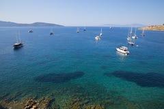 De boten, de zeilboten en de jachten zijn op de uitweg aan diepe blauwe overzees dichtbij Middellandse Zee kust Stock Afbeeldingen