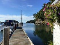 De boten dokten bij een mooie marine op een kalme zonnige de zomer` s dag royalty-vrije stock foto