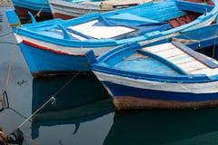 De boten dokten in een kleine haven in een visserijdorp op de kust van Sicilië stock afbeelding