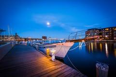 De boten in een jachthaven bij schemering, Fells binnen Punt, Baltimore, Maryla royalty-vrije stock afbeeldingen