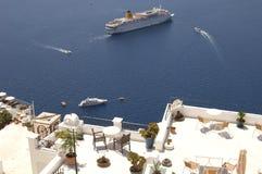 De boten en de balkons van Santorini Stock Afbeelding